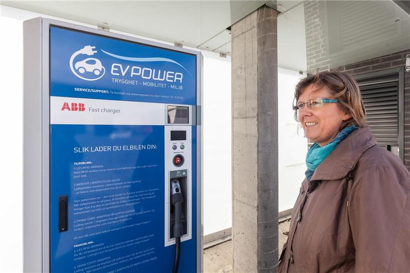 Transport researcher Liv Øvstedal at SINTEF is working on a system in which electric cars themselves will be able to order charging by searching for charging stations and calculating their time to arrival.  Photo: Thor Nielsen Courtesy of SINTEF