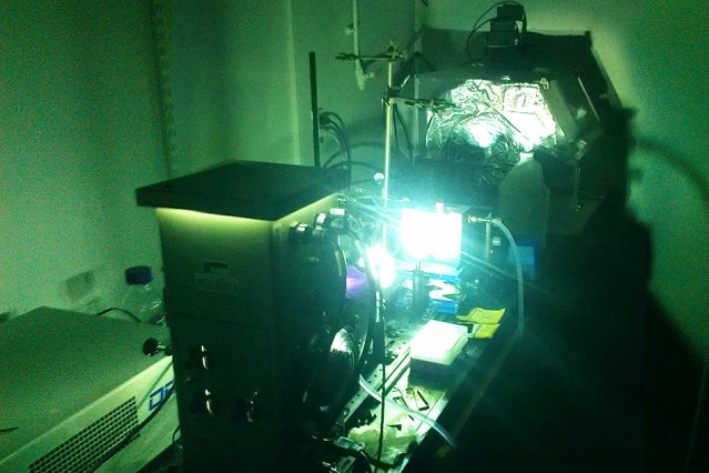 A powerful arc lamp is used to simulate sunlight on a sample of photoswitchable molecules, driving structural changes at the molecular level. A portion of the light's energy is stored with each structural change. The progress of these changes can be tracked by monitoring the molecules' optical properties.    Image courtesy of MIT researchers